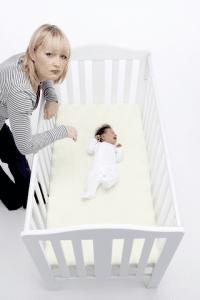 Twardy materac, pusta kołyska, pokój rodziców. Tak śpi się najbezpieczniej.